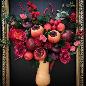 Натюрморт из красных овощей и фруктов на мольберте