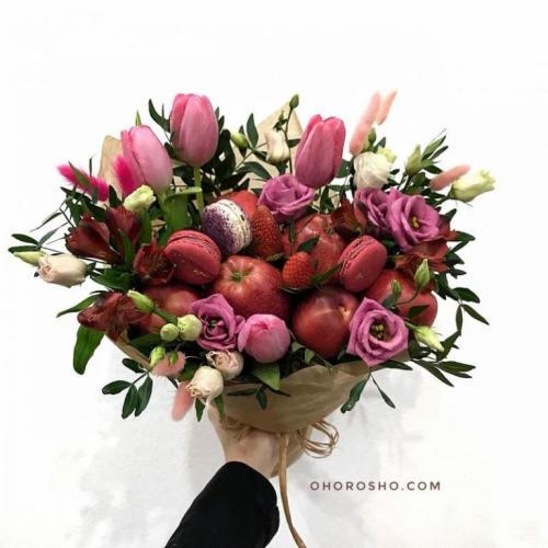 Букет Розовый котик с тюльпанами и пирожными макаронс