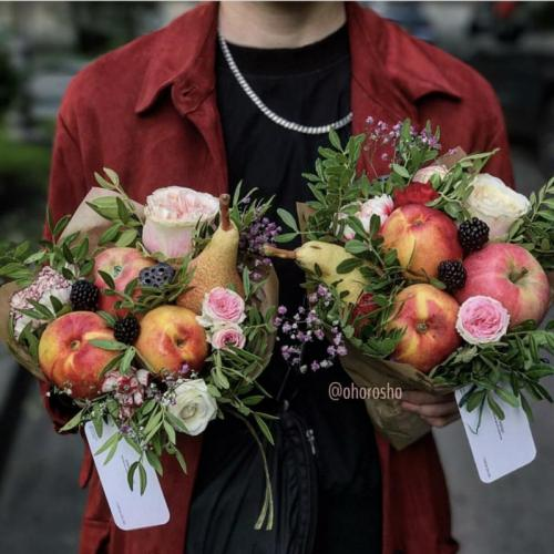 Букет Виолетта Голубец с сезонными фруктами и ежевикой