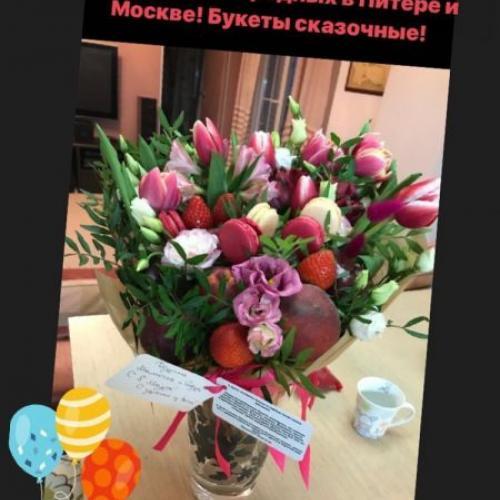 Отзыв о букете с тюльпанами и пирожными макаронс