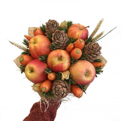 букет с яблоками, морковью и шишками