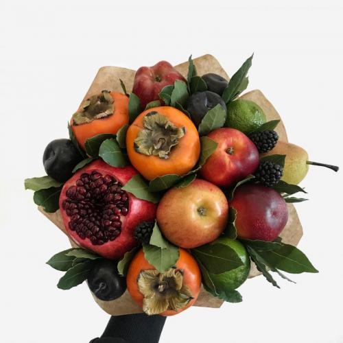 букет из сезонных фруктов и ягод