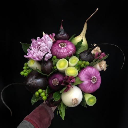 букет со свеклой и хризантемами