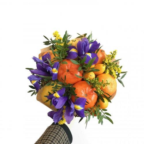 букет с цветами и цитрусовыми фруктами