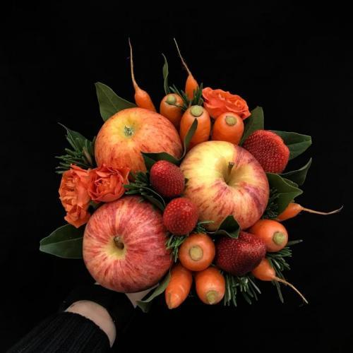 букет с яблоками, морковью и ягодами