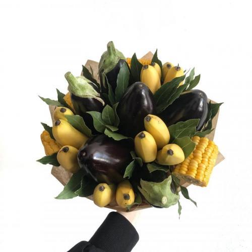 Букет с кукурузой, баклажанами и мини-бананами