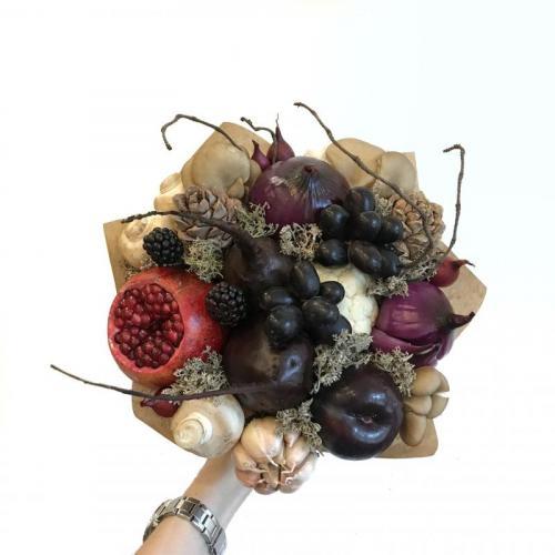 букет с грибами, виноградом и кедровыми шишками