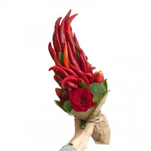 Букет с перцем чили, лаймом и розами