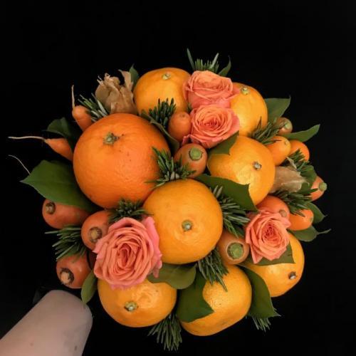 букет с морковью, апельсинами и розами