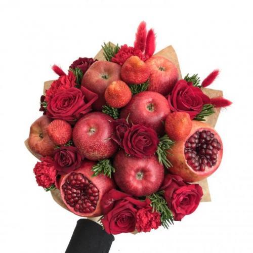 Букет из красных яблок, граната, клубники и роз