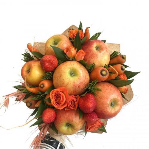 букет с яблоками, морковью и сезонными ягодами