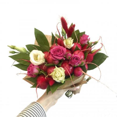 букет с цветами и редисом