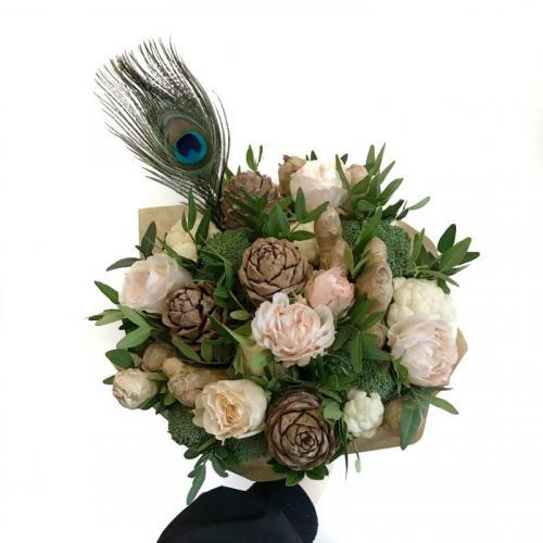 букет с брокколи, имбирем и розами