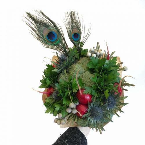 букет Богема с брокколи, пером павлина и колючками