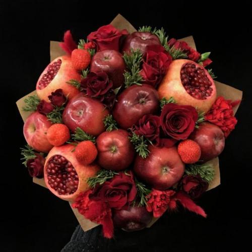 Букет из красных яблок, граната, клубники и роз Очень хорошо
