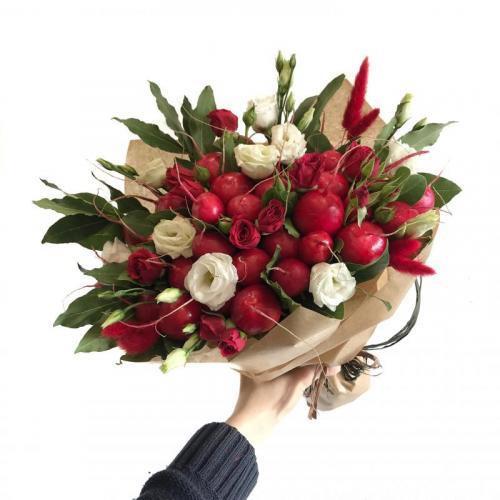 букет с цветами, редисом и лавровым листом