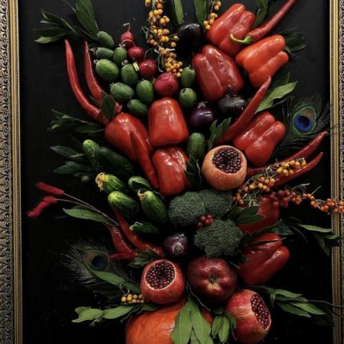 Натюрморт из овощей и фруктов на мольберте