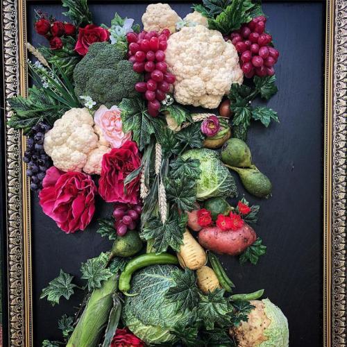 Портрет из овощей на мольберте