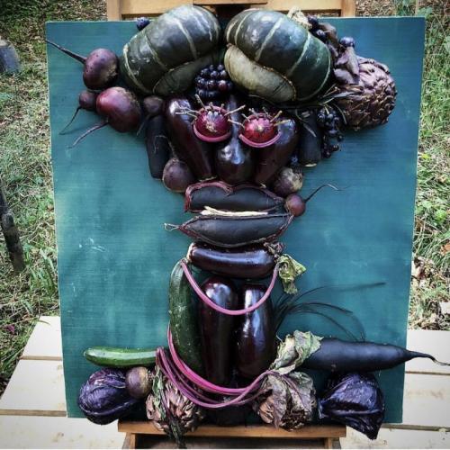 Портрет Славы Полунина из овощей на мольберте